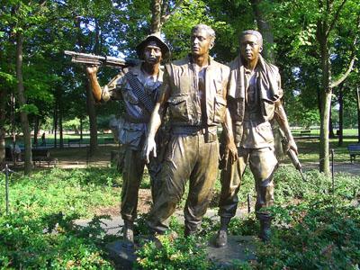 越战纪念墓地上疲惫不堪的美军士兵雕像图片