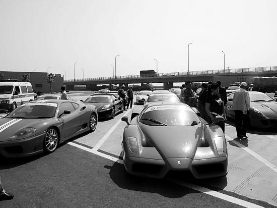 """法拉利跑车,时速显示""""185 km/h"""".   疾驰的跑车争先恐后,高清图片"""