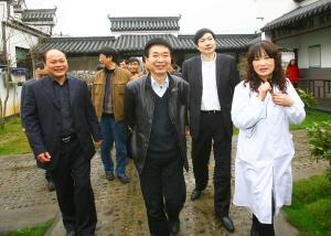 图为副省长郑继伟(中)一行在报福镇洪家村社区卫生服务站调研.