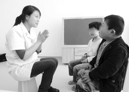 智障儿童接受康复训练图片